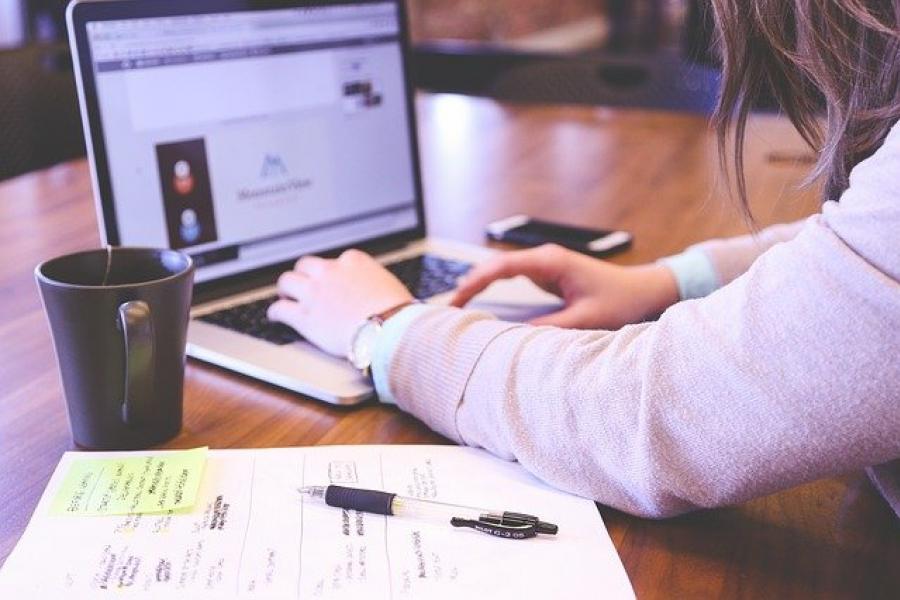 Avantages de créer une holding. Il vaux passer par un notaire.